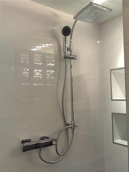 De badkamer krijgt een mooie regen douchekop met thermostaatkraan